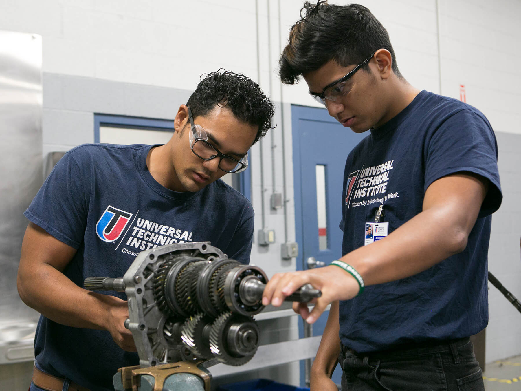 UTI students looking at an Engine Build at Avondale Campus